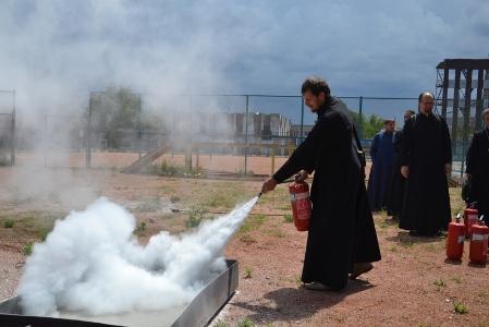 В Симферополе 50 священников в рясах «потушили» пожар и «постреляли» в мишени из пожарных стволов (ФОТО, ВИДЕО), фото-2