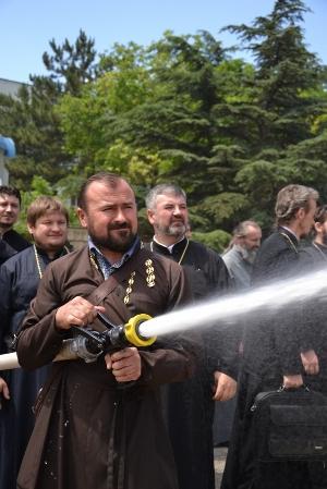 В Симферополе 50 священников в рясах «потушили» пожар и «постреляли» в мишени из пожарных стволов (ФОТО, ВИДЕО), фото-3