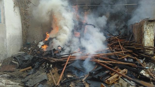 Пожар в с. Красный Мак - 100 кв.м горящего мусора и дров грозили взрывом